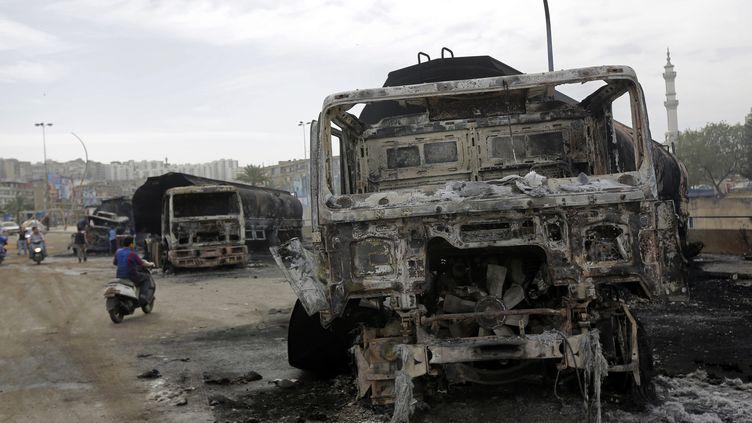 Des camions citernes transportant de l'essence ont été brûlés par des manifestants qui voulaient les empêcher de se rendre en Syrie, à Tripoli (Liban), le 15 mars 2013. (JOSEPH EID / AFP)