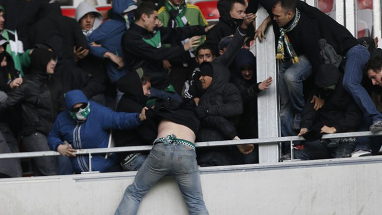 Les affrontements entre les supporters de Nice et de St-Etienne (VALERY HACHE / AFP)