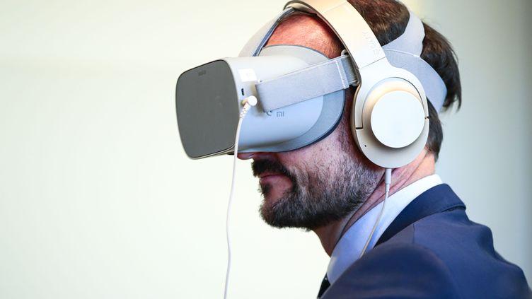 Un homme avec un casque de réalité virtuelle. Photo d'illustration. (LISE ASERUD / NTB SCANPIX)