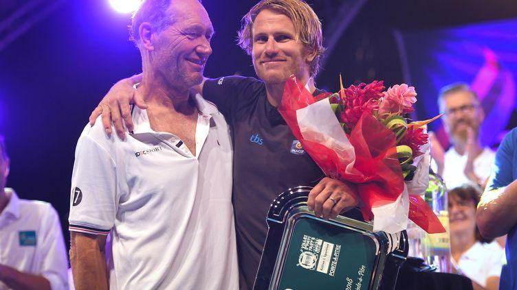 Francis Joyon et François Gabart, à l'issue de leur course. (LOIC VENANCE / AFP)