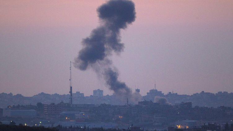 Les soirs se suivent et commencent à se ressembler : de la fumée s'élève dans le ciel après une attaque israélienne dans le nord de la bande de Gaza, jeudi 15 novembre 2012. (RONEN ZVULUN / REUTERS)