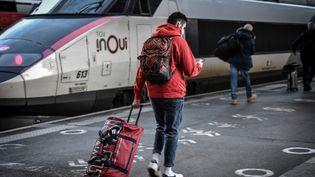 Un passager sur le quai de la gare de Lyon, le 18 décembre 2020. (STEPHANE DE SAKUTIN / AFP)