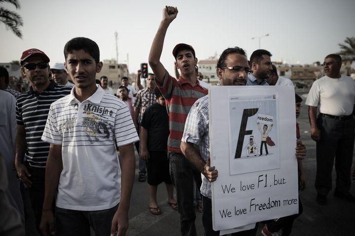 """Un manifestant bahreïnien brandit un panneau lors d'une manifestation dans le village de Jidafs, le 12 avril 2013: """"nous aimons la F1, mais nous aimons encore plus la liberté."""" (MOHAMMED AL-SHAIKH / AFP)"""