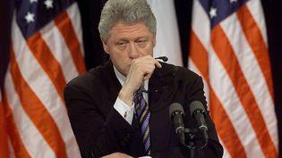 Bill Clinton est interrogé sur l'affaire Monica Lewinsky lors d'une conférence de presse à Washington (Etats-Unis), le 5 mars 1999. (STEPHEN JAFFE / AFP)