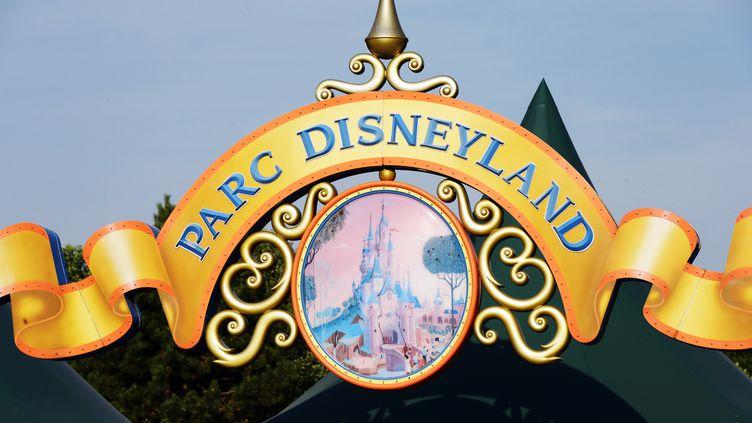 Un panneau à l'entrée de Disneyland Paris, le 13 août 2015, à Marne-la-Vallée (Seine-et-Marne). (BERTRAND GUAY / AFP)