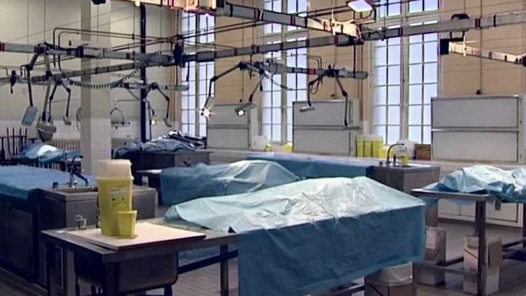 Le magazineL'Expressa révélé les conditions dans lesquelles étaient accueillis de nombreux corps légués à la science. Ils avaient vocation à être étudiés à la faculté de médecine de Paris-Descartes. Le parquet de Paris s'est saisi de l'affaire. (France 2)