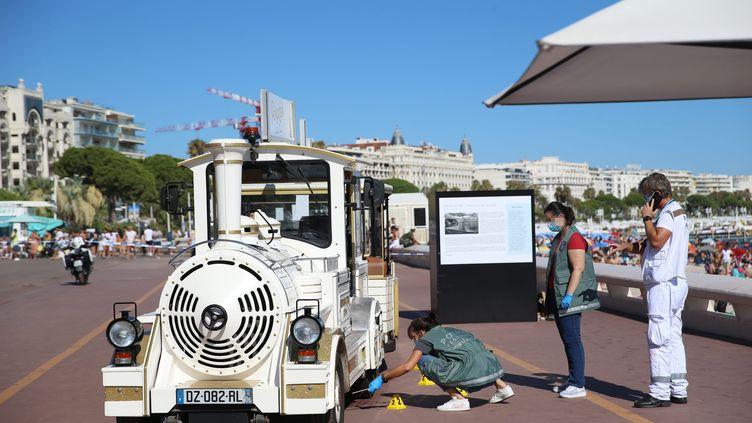 Les enquêteurs réalisent des prélèvements après que lepetit train de Cannes a mortellement renversé un enfant de 18 mois, mardi 4 août. (S?BASTIEN BOTELLA / MAXPPP)