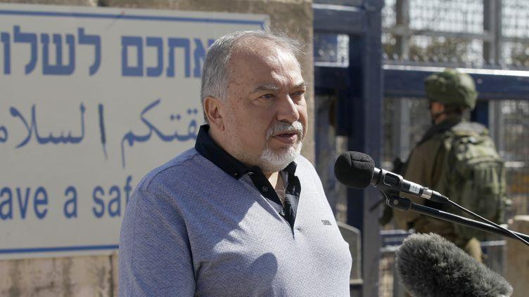 Le ministre de la DéfenseAvigdor Liebermanle 27 septembre 2018 sur le plateau du Golan côté Israël,à la frontière avec la Syrie. (JALAA MAREY / AFP)