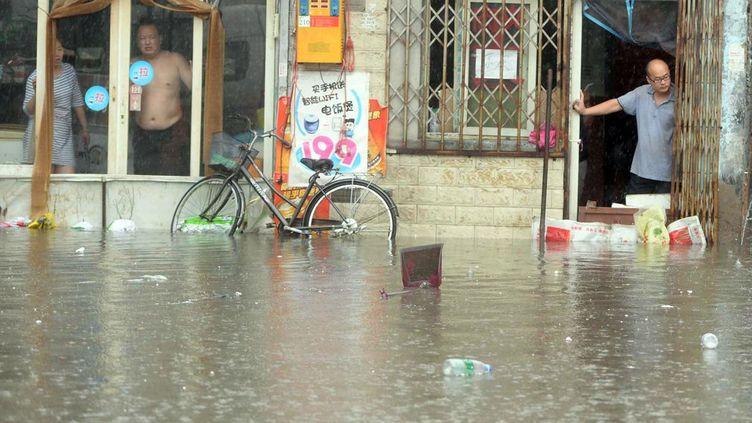 l'eau est montée jusqu'à deux mètres, recouvrant de nombreuses avenues et rues, empêchant les habitants de sortir de chez eux et obligeant de nombreux automobilistes à abandonner leur véhicule pour éviter le pire. Dans les provinces du Hebei, Henan et du Shaanxi, au moins 24 personnes ont trouvé la mort. Le Hebei est la plus durement touchée avec 14 morts et au moins 72 personnes portées disparues. Les précipitations ont fait sortir de leur lit tous les principaux cours d'eau de la région, et endommagé une dizaine de barrages ainsi que deux centrales hydrauliques, selon l'agence officielle Chine nouvelle. Ce qui à obligé environ 123.000 habitants à évacuer leur maison, selon le ministère des Affaires civiles,environ 7.000 logements ayant été détruits. Les inondations sont fréquentes lors de la mousson d'été dans le sud de la Chine, mais les précipitations ont été particulièrement intenses cette année. En juillet 2012, Pékin avait été balayée par les plus fortes précipitations depuis plus d'une soixantaine d'années, ce qui avait fait environ 80 morts. Fin juin et début juillet, de violentes précipitations se sont également abattues dans le centre et le sud de la Chine, provoquant des inondations quasi-historiques et meurtrières, notamment dans la métropole de Wuhan, capitale provinciale du Hunan (centre). (STR/AFP)