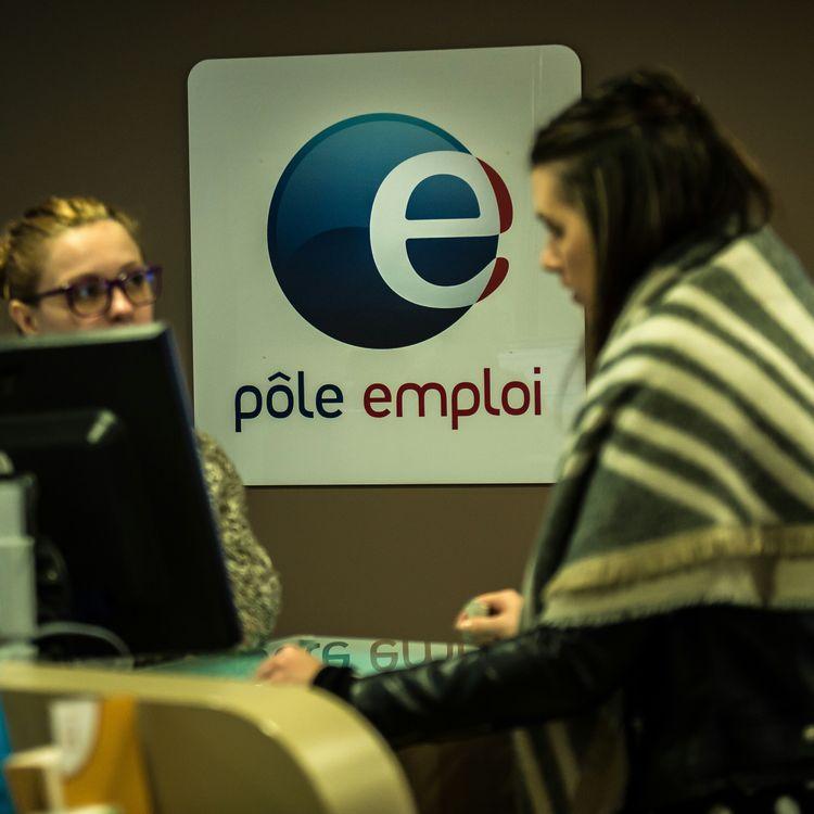 Une conseillère de Pôle emploi discute avec une femme à la recherche d'un emploi, le 16 décembre 2015, dans une agence de Lille (Nord). (PHILIPPE HUGUEN / AFP)