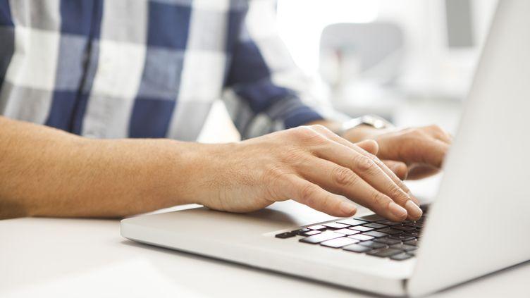 Si certains arrivent à décrocher un job grâce à Pôle emploi, de plus en plus de Français se tournent vers des sites internet pour trouver un contrat. (PHOTOALTO /SIGRID OLSSON / GETTY IMAGES)