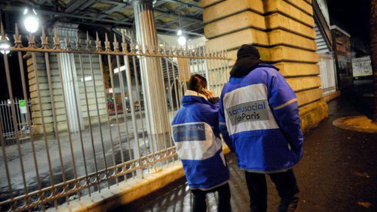 Des bénévoles du SAMU social effectuant une maraude le 4 décembre 2008 à Paris (AFP - STEPHANE DE SAKUTIN)
