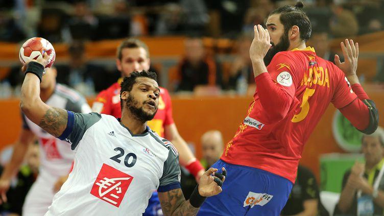 Cédric Sorhaindo tire face à l'Espagne, en demi-finale du Mondial de handball à Doha (Qatar), vendredi 30 janvier 2015. (KARIM JAAFAR / AL-WATAN DOHA / AFP)