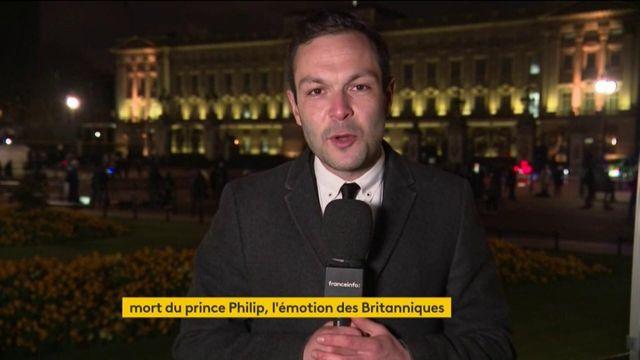 Mort du prince Philip : la vive émotion des Britanniques devant Buckingham Palace