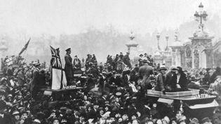 Scène de liesse dans les rues de Paris, le 11 novembre 1918. (MARY EVANS / SIPA)