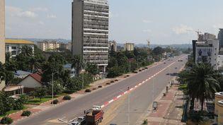 Un boulevard d'un quartier résidentiel de la ville de Kinshasa (RDC) durant le confinement dû au coronavirus, le 25 avril 2020. (SAMIR TOUNSI / AFP)