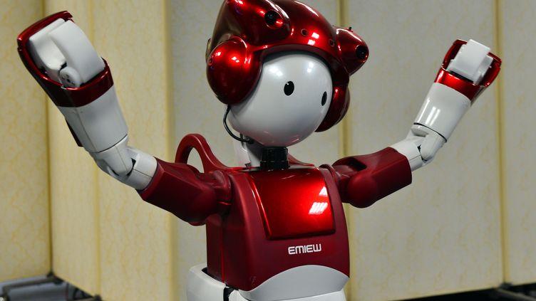 Emiew 2, le robot du constructeur Hitachi, est capable de comprendre et de répondre par reconnaissance et synthèse vocales, et d'analyser les réactions de ses interlocuteurs. Il a été présenté, à Tokyo (Japon), le 20 mai 2014. (YOSHIKAZU TSUNO / AFP)
