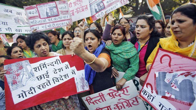 Des femmes manifestent après le viol d'une passagère par un conducteur de taxi à New Dehli (Inde), le 8 décembre 2014. (ANINDITO MUKHERJEE / REUTERS)