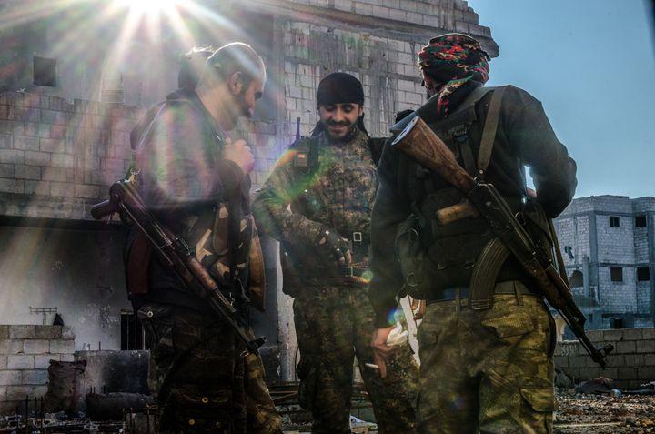 Des combattants kurdes des YPG, le 21 décembre 2014 à Kobani (Syrie). (JONATHAN RAA / NURPHOTO / AFP)