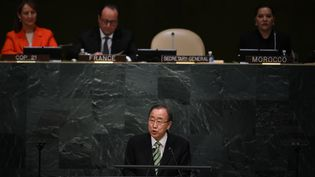 Le secrétaire général de l'ONU, Ban Ki-moon, s'adresse à l'Assemblée générale des Nations unies lors de la cérémonie d'ouverture de la signature de l'accord de Paris sur le climat, le 22 avril 2016 àNew York. (JEWEL SAMAD / AFP)