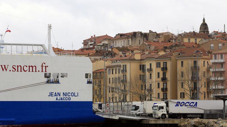 Un ferry de l'ancienne compagnie maritime SNCM,qui assurait les liaisons entre Marseille et la Corse, ici dans le port d'Ajaccio, en février 2013. (Photo archives) (PASCAL POCHARD-CASABIANCA / AFP)