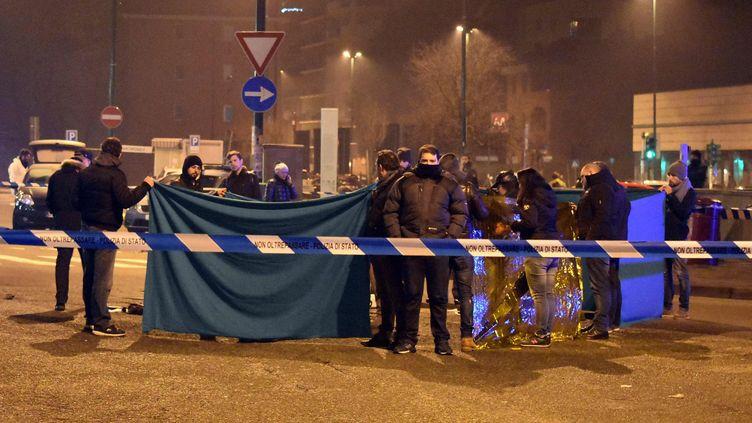 Le corps d'Anis Amri gît au sol, à proximité de la gare routière de Milan, où il a été abattu par deux policiers italiens, dans la nuit du jeudi 22 au vendredi 23 décembre 2016. (DANIELE BENNATI / ANSA)