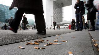 La mairie de Paris veut sanctionner les jeteurs de mégots d'une amende de 35 euros. (ALAINAUBOIROUX / LE PARISIEN / MAXPPP)