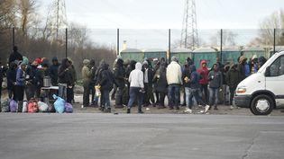 Des migrants rassemblés à Calais, au lendemain des affrontements qui ont fait une vingtaine de blessés. (PHILIPPE HUGUEN / AFP)