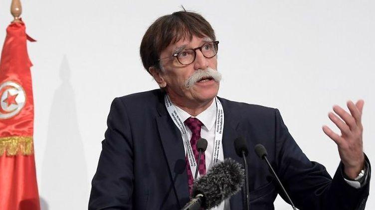 Jérôme Bouvier, e président de l'association Journalisme et citoyenneté, organisateur du colloque international de journalisme lors du discours d'ouverture des Assises, le 15 novembre 2018 à Tunis. (FETHI BELAID/AFP)