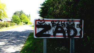 """A Notre-Dame-des-Landes, le panneau d'entrée de la commune est tagué """"ZAD"""". (BENJAMIN ILLY / RADIO FRANCE)"""