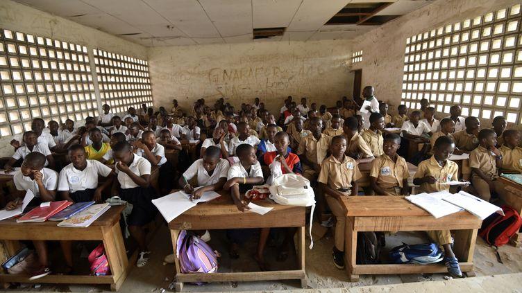 Une salle de classe du lycée Simone Gbagbo d'Abidjan. C'est ici que Laurent Barthélémy était scolarisé. (SIA KAMBOU / AFP)