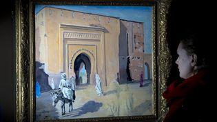 """Tableau de l'ancien Premier ministre britannique Winston Churchill, intitulé """"Porte à Marrakech, homme sur un âne"""", au Leighton House Museum dans l'ouest de Londres, le 19 janvier 2012. (CARL COURT / AFP)"""