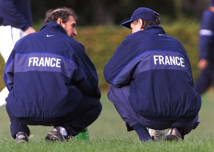 Pierre Villepreux (à gauche) et Jean-Claude Skrela (à droite) lors d'un entraînement du XV de France, le 23 octobre 1999, à Dublin (Irlande). (GABRIEL BOUYS / AFP)