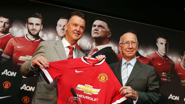 Louis Van Gaal et Sir Bobby Charlton (LINDSEY PARNABY / AFP)