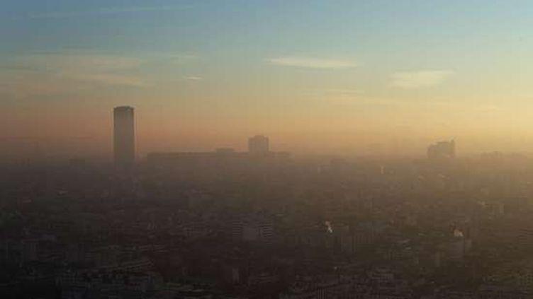 Paris le 6 décembre 2016, vu du ballon Generali, qui mesure la qualité de l'air dans la capitale. (CHRISTOPHE ENA / AP / SIPA)