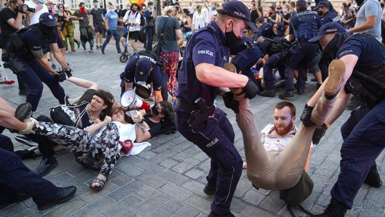 Une cinquantaine de militants LGBT ont été arrêtée par la police polonaise, vendredi 7 août 2020, à Varsovie. (JANEK SKARZYNSKI / AFP)