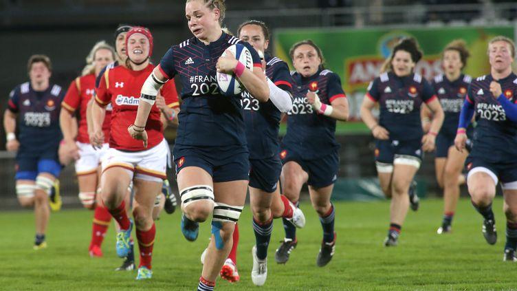 L'équipe de France féminine de rugby conquérante face au Pays de Galles lors du dernier Tournoi des Six Nations. (DIARMID COURREGES / AFP)