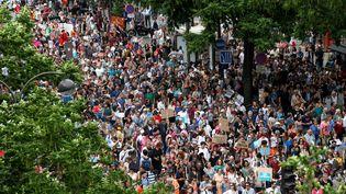 """Des personnes participant à la """"marée populaire"""", contre la politique d'Emmanuel Macron, le 26 mai 2018 à Paris. (GEOFFROY VAN DER HASSELT / AFP)"""