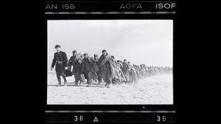 Robert Capa, Exilés républicains emmenés vers un camp d'internement, Le Barcarès, 1939  (International Center of Photography / Magnum Photos)