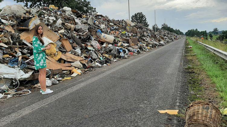 Caroline Charlier,en charge du recyclageau seindel'entreprise Spaque, se trouve sur une autoroute désaffectée près de Liège, transforméeen décharge provisoire où sont stockés les déchets des inondations de juillet 2021 en Belgique. (Angélique Bouin FRANCEINFO)