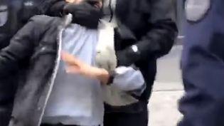 Capture écran d'une vidéo montrant Alexandre Benalla en train de violenter un manifestant à Paris le 1er mai 2018. (TAHAR BOUHAFS / TAHAR BOUHAFS )
