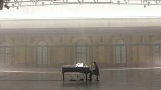 """Nick Cave seul au piano à l'Alexander Palace de Londres, en juin 2020 pour la session filmée """"The Idiot Prayer"""". (NICK CAVE.COM)"""