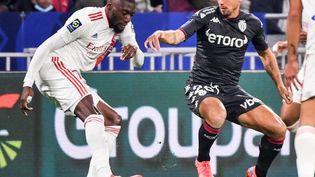 Toko Ekambitente de frapper malgré la défense deRuben Aguilarlors de Lyon-Monaco le 16 octobre au Groupama Stadium. (PHILIPPE DESMAZES / AFP)