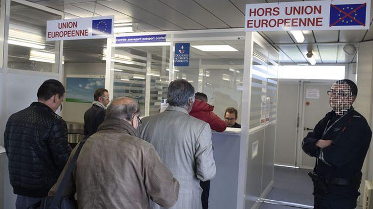 (Contrôle des douanes dans un aéroport © Maxppp)