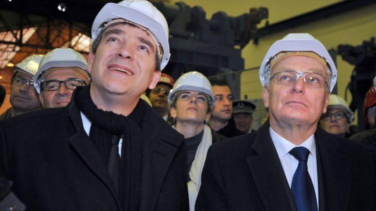 Le ministre du Redressement productif Arnaud Montebourg (à g.) et le Premier ministre Jean-Marc Ayrault sur le site d'Alstom, à Saint-Nazaire (Loire-Atlantique), le 21 janvier 2013. (FRANK PERRY / AFP)