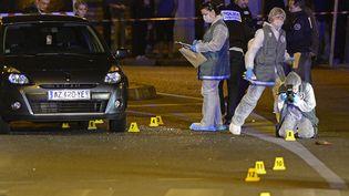La police procède aux premières constatations après la mort d'un jeune homme de 17 ans, jeudi 9 mai, tué de 23 balles alors qu'il était au volant d'un véhicule dans les rues de Marseille (Bouches-du-Rhône). (BORIS HORVAT / AFP)
