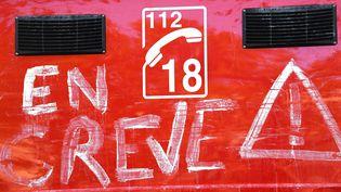 """Une inscription """"en grève"""" sur un camion de pompiers, dans le Gard, le 13 novembre 2017. (PASCAL GUYOT / AFP)"""
