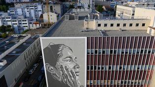 Le street-artist marseillais Mahn Kloix rend hommage à la résistance ouïghoure (NICOLAS TUCAT / AFP)