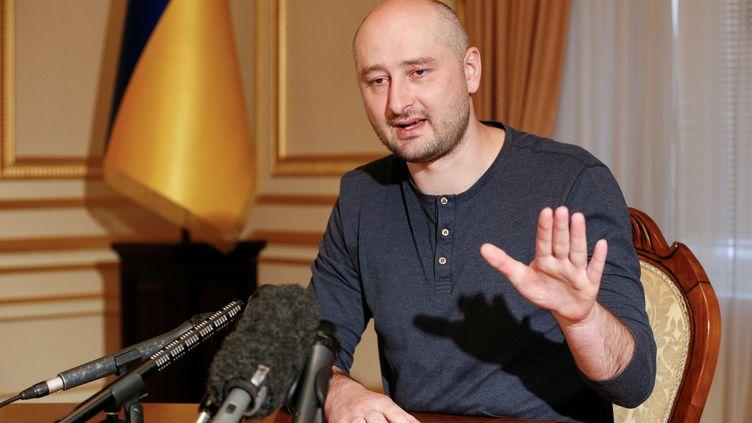 Le journaliste Arkady Babtchenko lors d'une interview, le 31 mai 2018, à Kiev en Ukraine. (VALENTYN OGIRENKO / REUTERS)