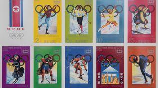 Des timbres commémoratifs des participations de la Corée du Nord aux JO, pris en photo dans une boutique de Pyongyang (Corée du Nord), en novembre 2017. (ED JONES / AFP)